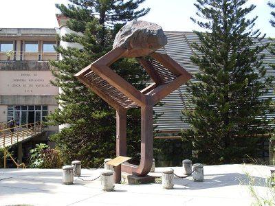 Escultura de Harry Abend (1954) en la Universidad Central de Venezuela.